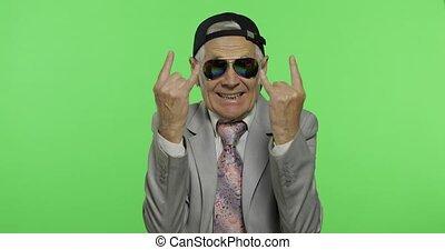 rigolote, sien, lunettes soleil, exposition, mains, signe, cornes, homme affaires, personne agee