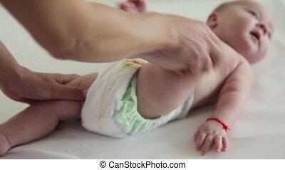 rigolote, sien, visage bébé, massages, maman, jambes