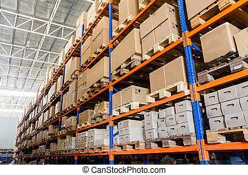 rijen, van, planken, met, dozen, in, moderne, magazijn