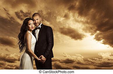 rijk, paarportret, elegant, vrouw, jurkje, en, man, kostuum