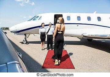 rijk, vrouw het lopen, naar, private jet