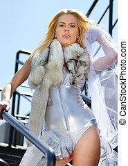 rijk, vrouw, met, polaire vos, op, een, ladder