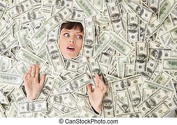 rijk, woman., hoogste mening, van, verwonderd, jonge vrouw , bedekt, met, usa papier valuta