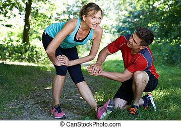 rijp vrouw, het uitoefenen, met, persoonlijke trainer, in park