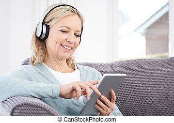 rijp vrouw, kreeken, muziek, van, digitaal tablet, om te,...