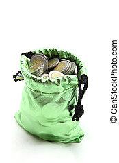 rikedom, mynt, in, grön pengar, väska, isolerat, vita