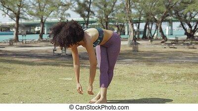 rilassante, allungamento donna, spina, su, prato