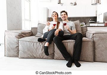 rilassante, coppia, giovane, divano, ritratto, felice