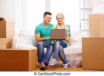 rilassante, divano, coppia, casa nuova, laptop