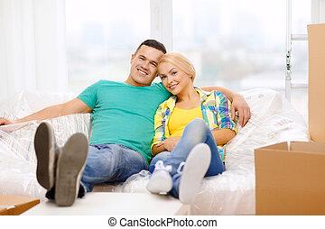 rilassante, divano, coppia, casa nuova, sorridente