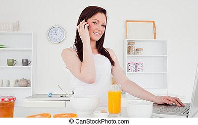 rilassante, femmina, rosso-dai capelli, buono, lei, dall'aspetto, laptop