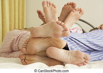 rilassante, su, letto, piedi, family's, chiudere, casa