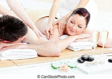 rilassato, coppia, godere, massaggio posteriore, giovane