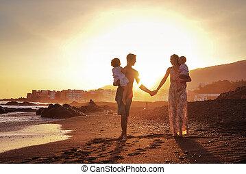 rilassato, famiglia, su, spiaggia tropicale, bello, tramonto