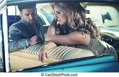 rilassato, giovane coppia, in, il, retro, automobile