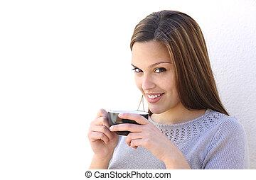 rilassato, holding donna, uno, tazza caffè, e, guardando macchina fotografica