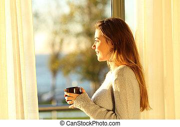 rilassato, ragazza, guardando attraverso, uno, finestra, a, tramonto