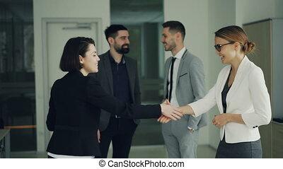 rillend, vrouw, mooi, krijgen, ceo, positief, werkmannen ,...