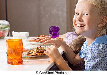 rindo pequena menina, comer, caseiro, pizza