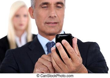 ringa, affärsman, texting, cellformig, äldre