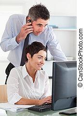 ringa, hans, colleague's, avskärma, medan, se, man, tillverkning
