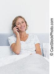 ringa, le, kamera, säng, blondin, kvinna, lycklig