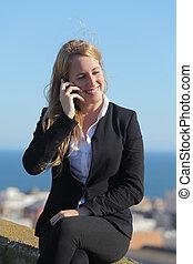 ringa, lycklig, affärskvinna, mobil