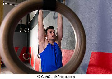 ringer, genomkörare, man på idrottshallen, hängande