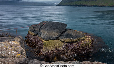 Rinkusteinar rock time lapse in faroe islands coastline -...