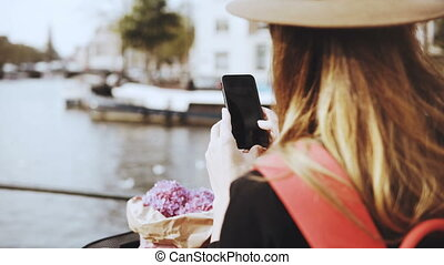 rio, bicicleta, leva, senhora, amigos, cabelo longo, fotografias, partes, femininas, online., flores, bridge., 4k
