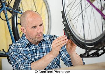 riparare, calvo, bicicletta, giovane