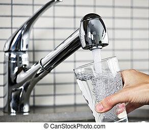 ripieno, vetro, di, colpire acqua leggermente