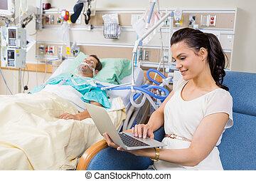 riposare, donna, paziente, seduta, laptop, letto, mentre,...