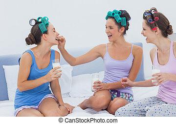 rir, amigos, sentar cama, tendo, leite biscoitos