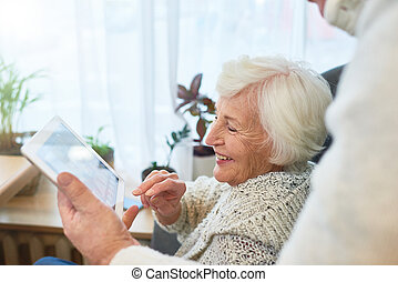 rir, idoso, senhora, usando, tabuleta