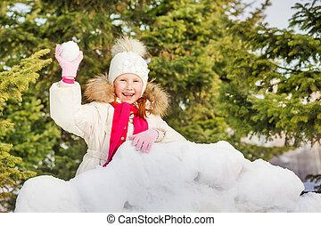 rir, menina, com, bola neve, atrás de, neve, parede