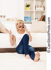 rir, mulher, telefone, em, sala de estar