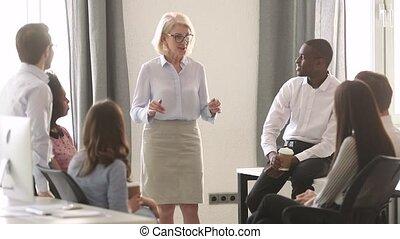 rire, business, ensemble, multiracial, femme, mûrir, associez-vous guide, parler