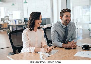 rire, ensemble, businesspeople, bureau, séance, salle réunion, deux