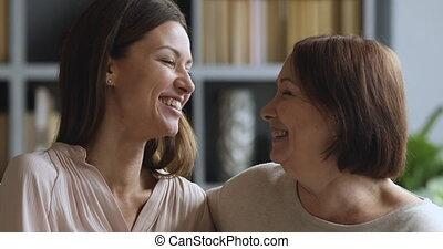 rire, heureux, deux, home., générations, famille, apprécier...