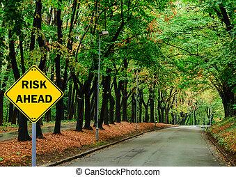 """""""risk, ahead"""", znak, przeciw, droga, w, zielony las, -, handlowe pojęcie"""