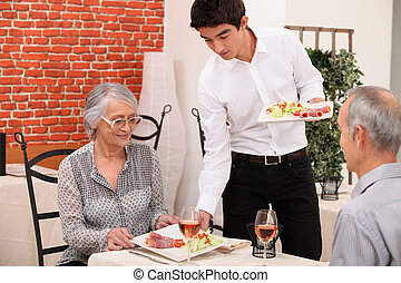 ristorante, essendo, coppia, cibo, servito, anziano
