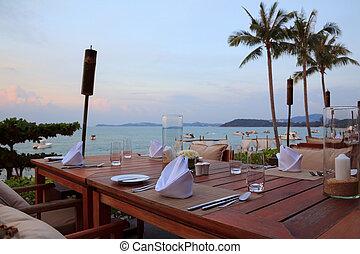 ristorante esterno, montaggio cena, spiaggia tramonto, tavoli