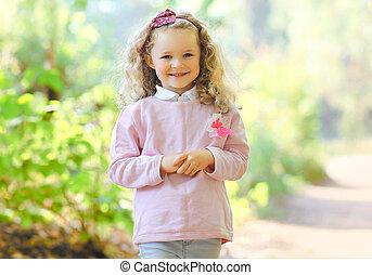 ritratto, charmant, piccola ragazza, fuori