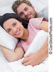 ritratto, coppia, letto, abbracciare