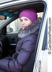 ritratto, di, attraente, giovane, in, vestiti inverno, automobile