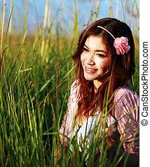 ritratto, di, bello, giovane, ragazza asiatica, in, il, erba