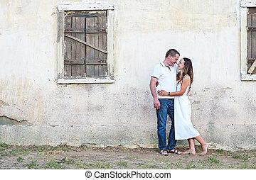 ritratto, di, coppia felice, proposta, vicino, il, vecchio, casa paese