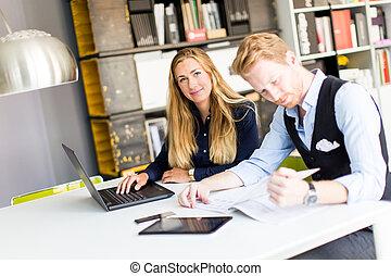 ritratto, di, donna, con, maschio, collega, lavorativo, in, ufficio