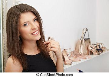 ritratto, di, donna, custodia, scarpa sbandata ed alta, in, centro commerciale